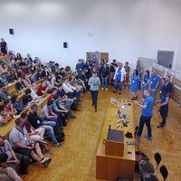 Teilnehmer_innen in einem Hörsaal sitzend