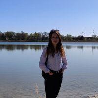 Merve Tezcan an einem Ufer eines Sees