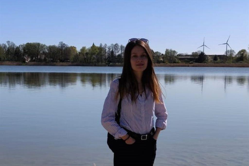 Vergrößern: Merve Tezcan an einem Ufer eines Sees