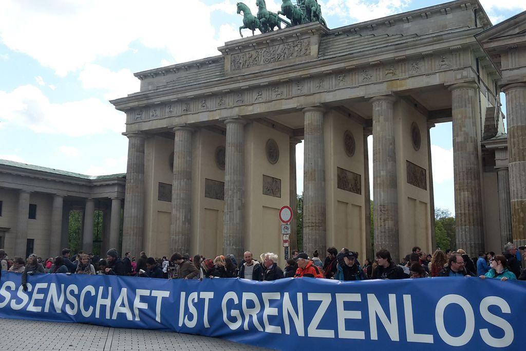 Vergrößern: Brandenburger Tor mit einem großen Banner davor: Wissenschaft ist grenzenlos