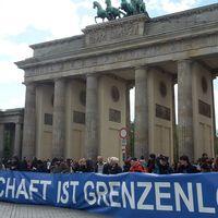 Brandenburger Tor mit einem großen Banner davor: Wissenschaft ist grenzenlos