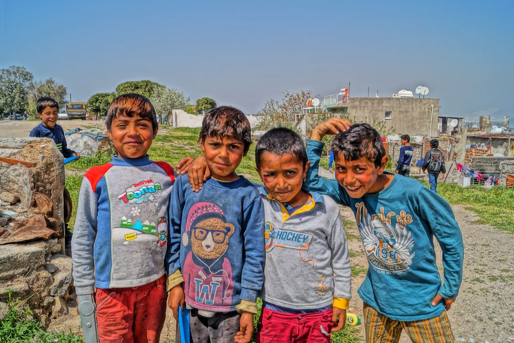 Vergrößern: Vier Jungs lachen in die Kamera