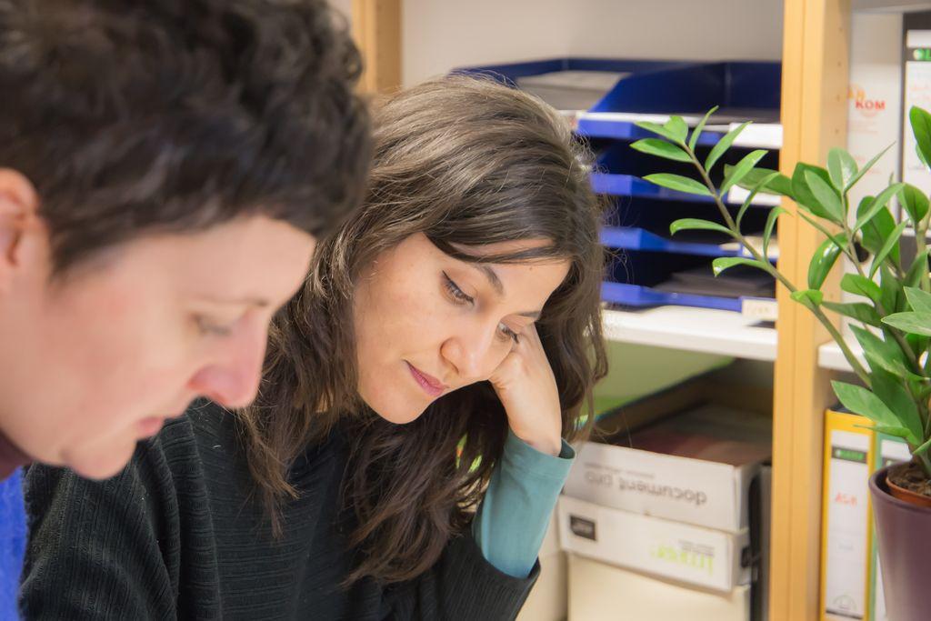 Vergrößern: Frau Brüninghoff blickt hinunter auf einen Schreibtisch