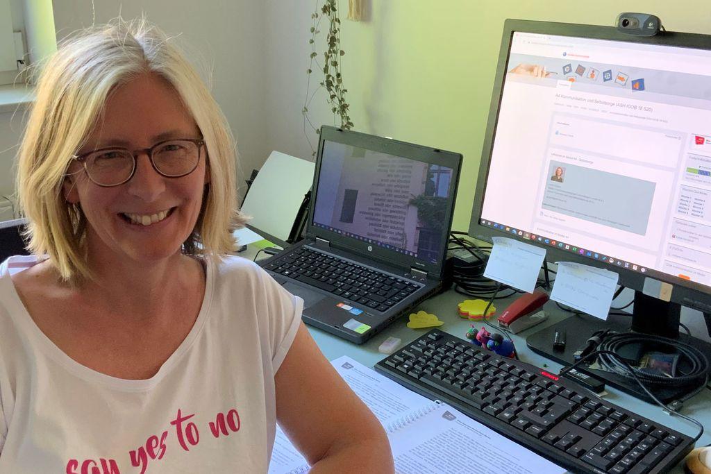 Vergrößern: Katrin Menkhoff neben ihrem Computer