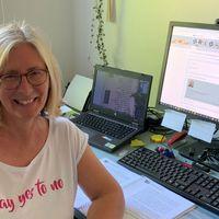 Katrin Menkhoff neben ihrem Computer
