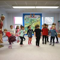 Von wegen zurückhaltend: Tanzende und singende Kinder auf der Bühne. (c) Märchenland/ Philipp Schumann