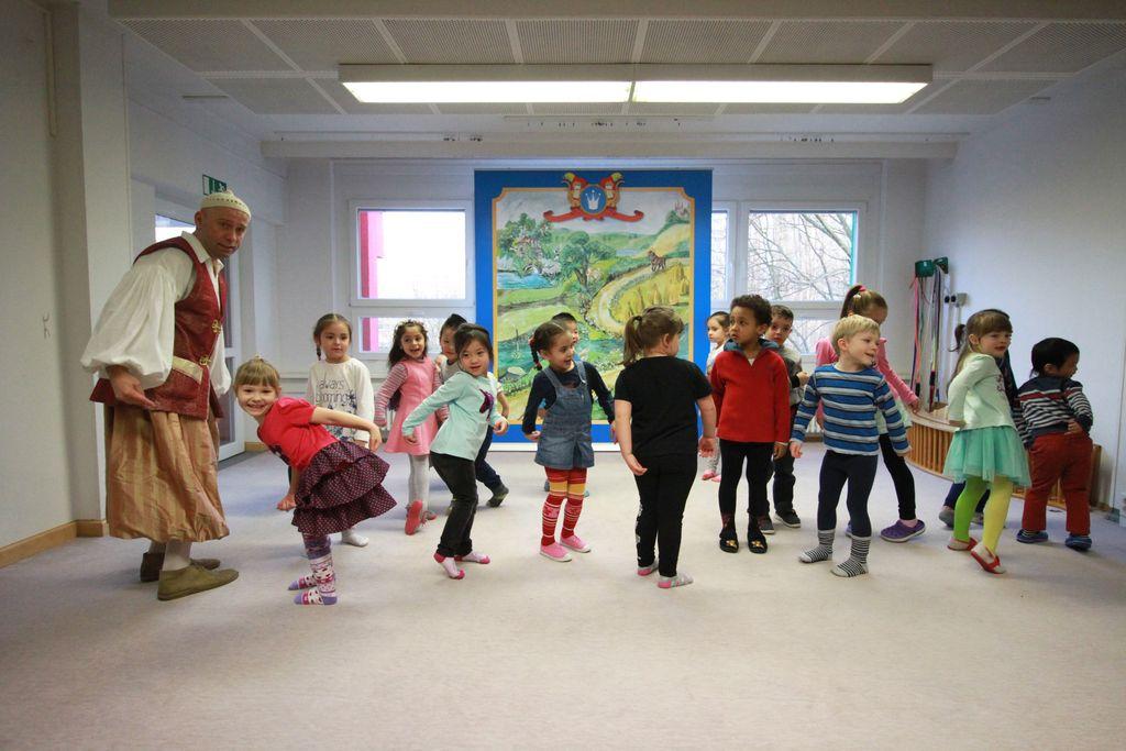 Vergrößern: Von wegen zurückhaltend: Tanzende und singende Kinder auf der Bühne. (c) Märchenland/ Philipp Schumann