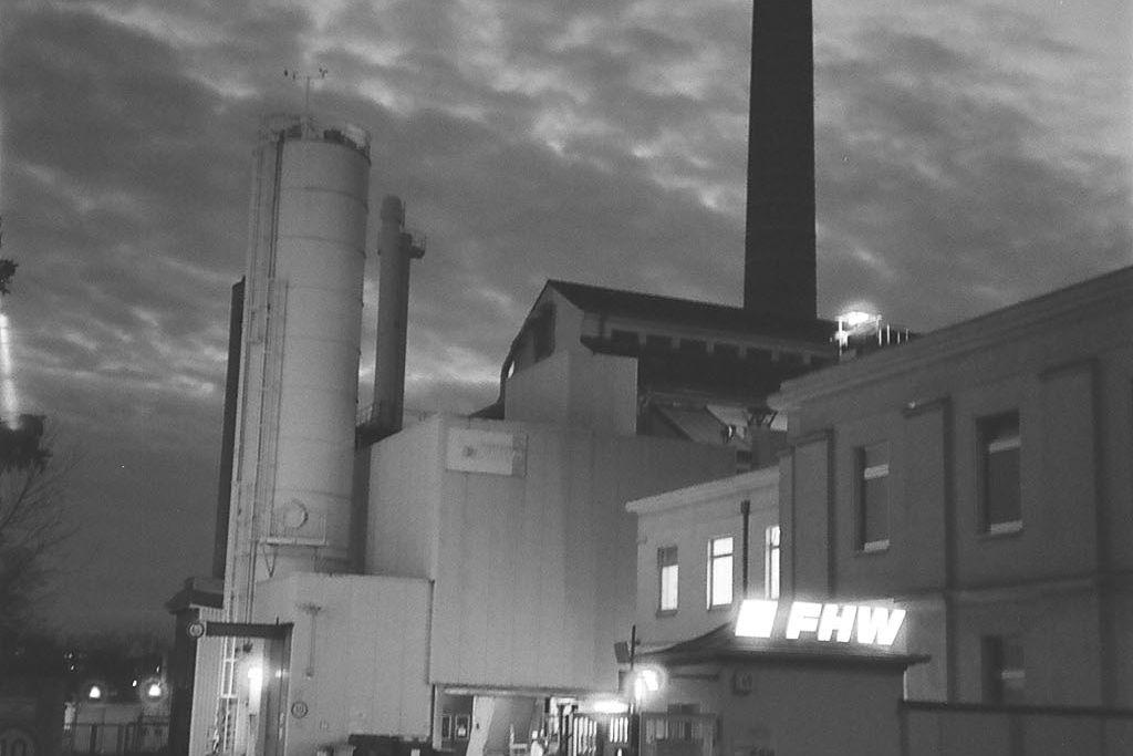 Vergrößern: Ein Fabrikgelände abends