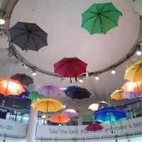 Bunte Regenschirme hängen von einer Decke herunter