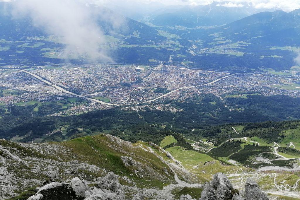 Vergrößern: Blick von einem Berg runter auf Innsbruck
