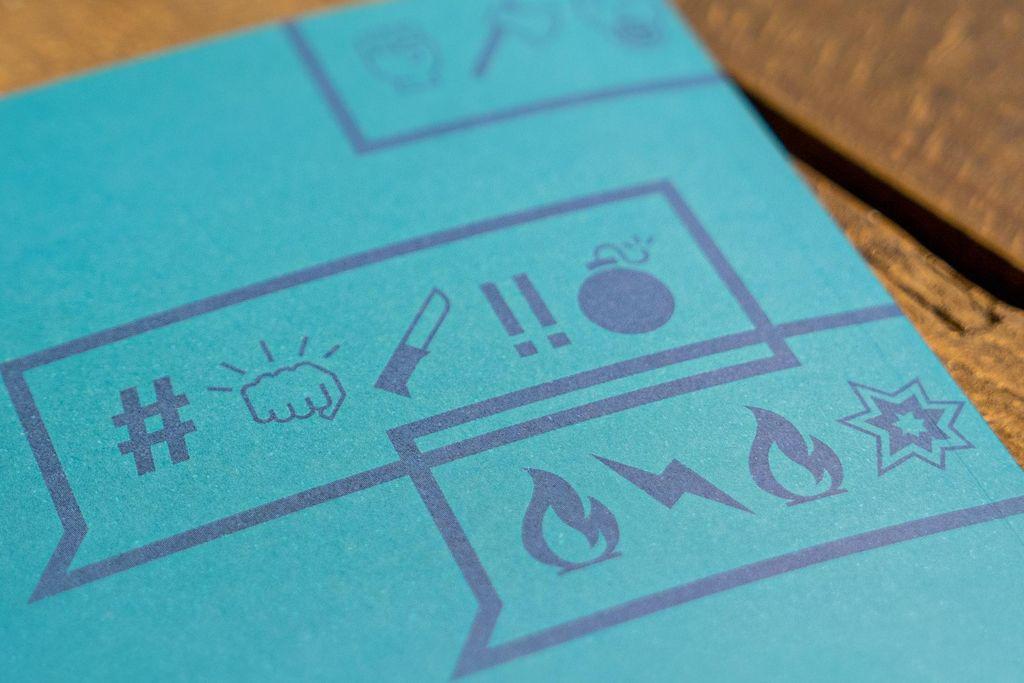 Vergrößern: Ein blaues Blatt mit einer Sprechblase drauf. Darin Ausrufezeichen und Hashtags, und eine Faust