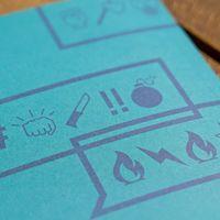 Ein blaues Blatt mit einer Sprechblase drauf. Darin Ausrufezeichen und Hashtags, und eine Faust