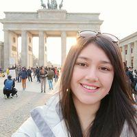 Glücklich, in Berlin zu sein: Die chilenische Studentin Paula macht ein Selfie vor dem Brandenburger Tor. Foto: Paula San Martín Maldonado