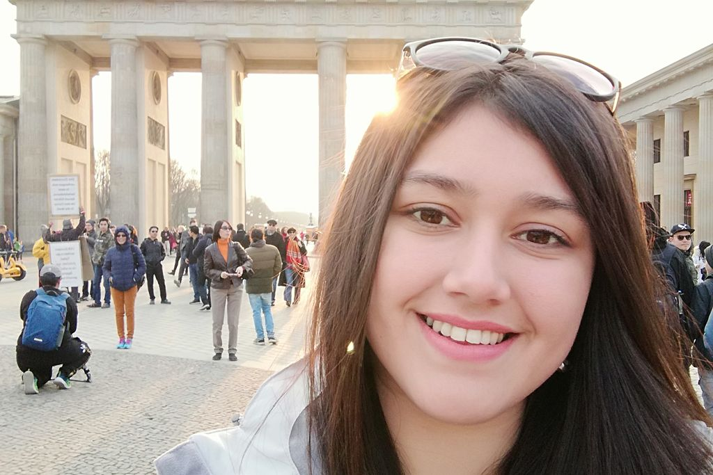 Vergrößern: Glücklich, in Berlin zu sein: Die chilenische Studentin Paula macht ein Selfie vor dem Brandenburger Tor. Foto: Paula San Martín Maldonado