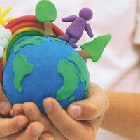 Cover der Broschüre Kimawandel begreifen - Kinderhände halten eine Edkugel aus Knete