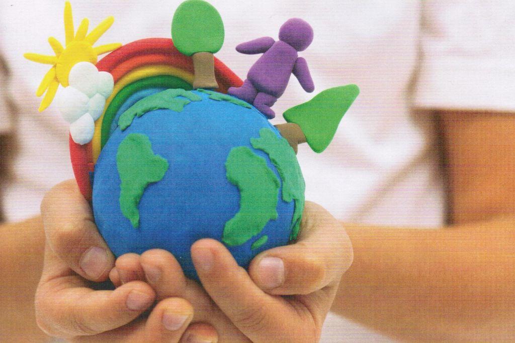 Vergrößern: Cover der Broschüre Kimawandel begreifen - Kinderhände halten eine Edkugel aus Knete