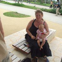 Alumna Angelika Weirauch mit ihrer Tochter. Foto: Privat