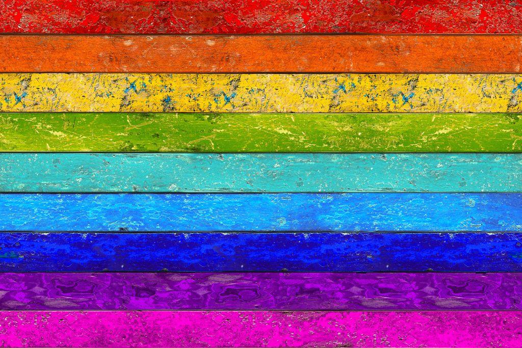 Vergrößern: Farben des Regenbogens auf Holz gemalt