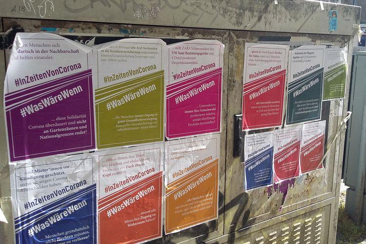 Plakate der Kampagne #InZeitenVonCorona / #WasWäreWenn auf einem Stromkasten