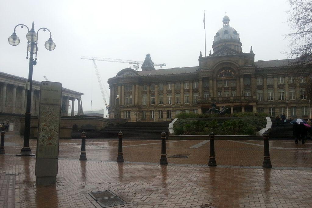 Vergrößern: Das Gebäude des Birmingham Museums im Regen