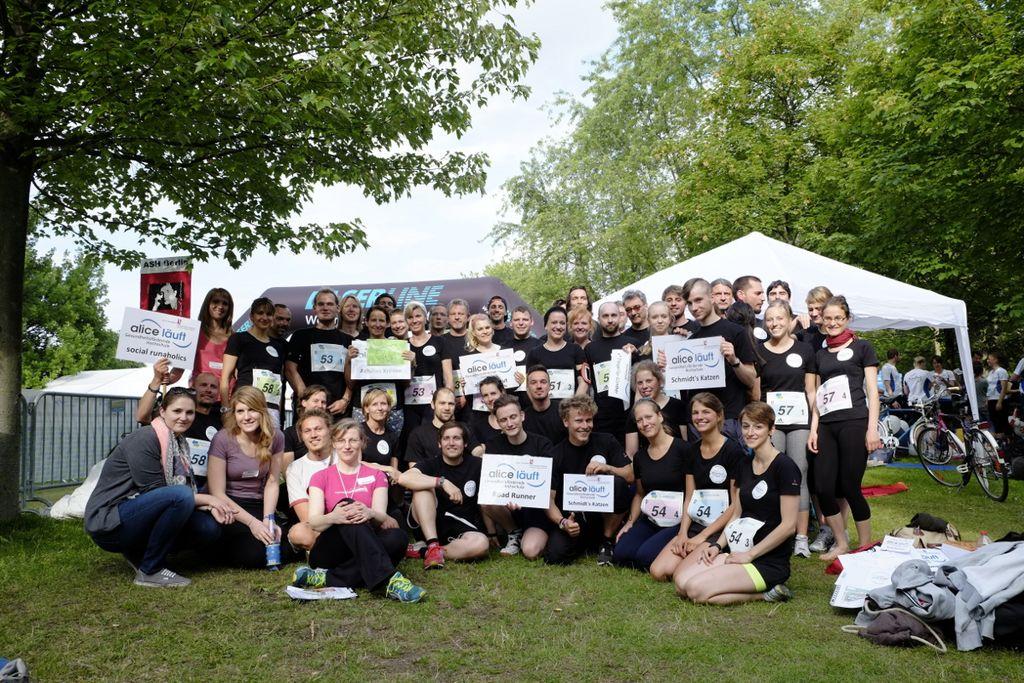 Vergrößern: Das Team der ASH Berlin beim Teamstaffellauf 2015 posiert für ein Gruppenfoto auf einer grünen Wiese.